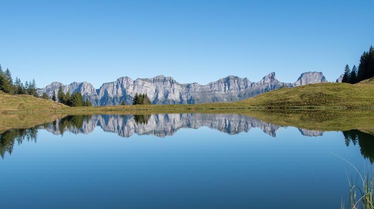 Wunderbare Spiegelung der Churfirsten im Heusee. (Bild:Stephan Lendi)