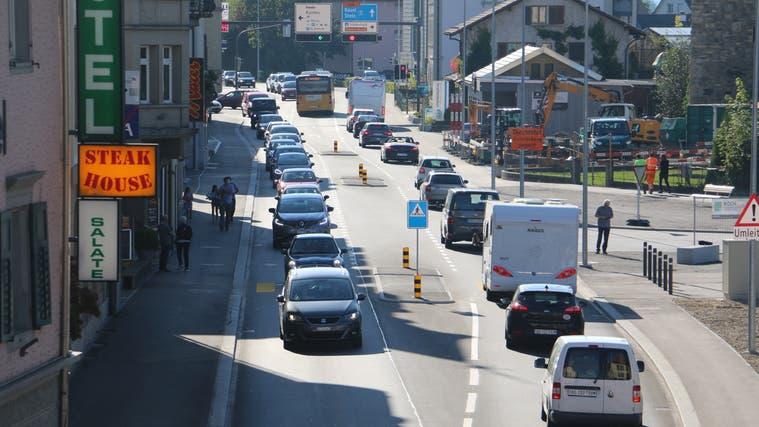 Der Verkehr rollt nun auf der sanierten Strasse durch Laufenburg. (Dennis Kalt / Aargauer Zeitung)