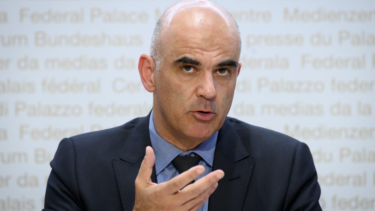 Alain Berset an der Pressekonferenz vom Freitag. Dass er ständig an seinem Handy herumdrückte, verriet eine gewisse Anspannung. (KEYSTONE)