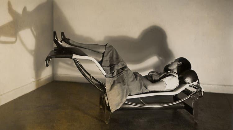 Charlotte Perriand auf der «Chaise longue basculante», 1929. (zvg)