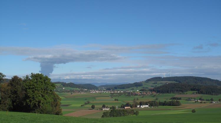 Visualisierungen des geplanten Windparks auf dem Stierenberg.. Einmal vom Landessender aus gesehen und einmal von Pfeffikon aus gesehen. (Zvg / WYS)
