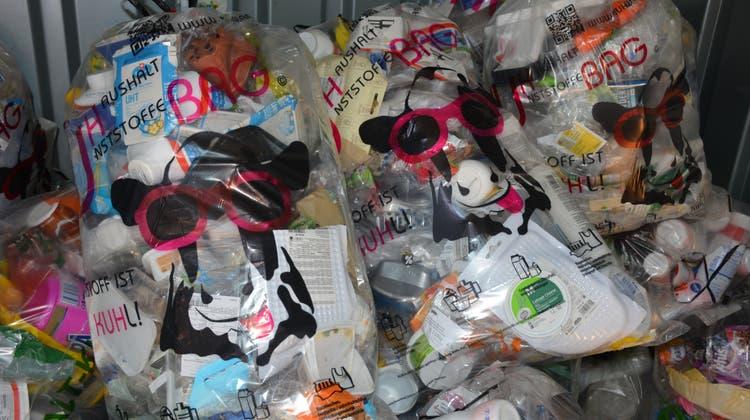 In diesem Jahr werden in Wil voraussichtlich über 45 Tonnen Kunststoffabfall mit dem Kuh-Bag eingesammelt. (Bild: Monika Wick)