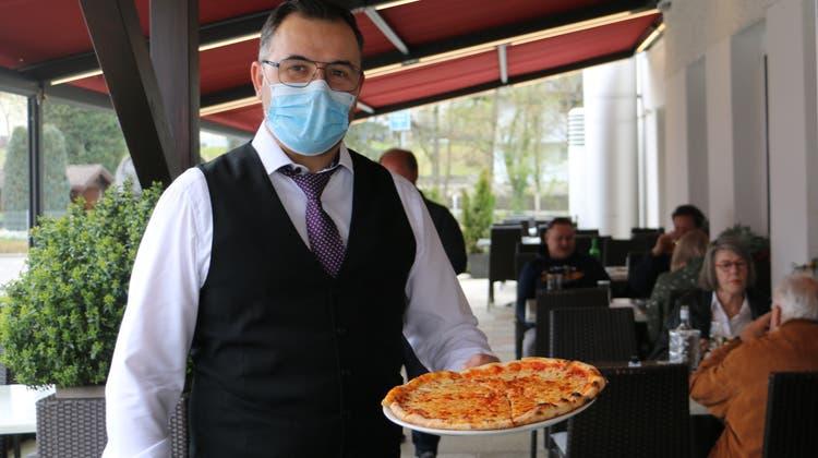 Arsim Rustemi serviert Pizza auf der «Rebstock»-Terrasse in Frick. (Dennis Kalt (19. April 2021))