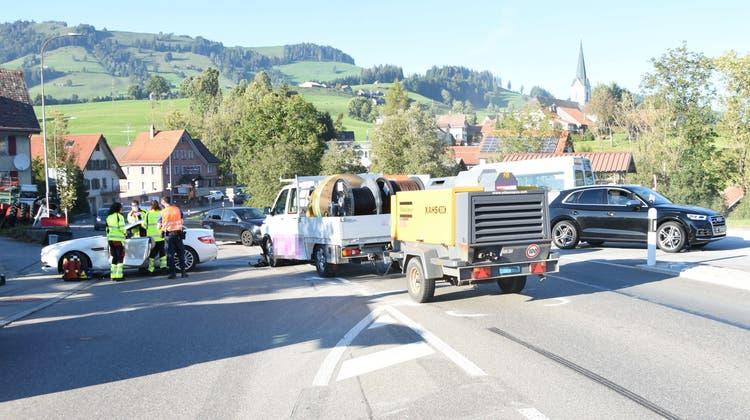 Wegen des Unfalls mussten die anderen Autos über einen Parkplatz ausweichen. (Bild: Kantonspolizei)