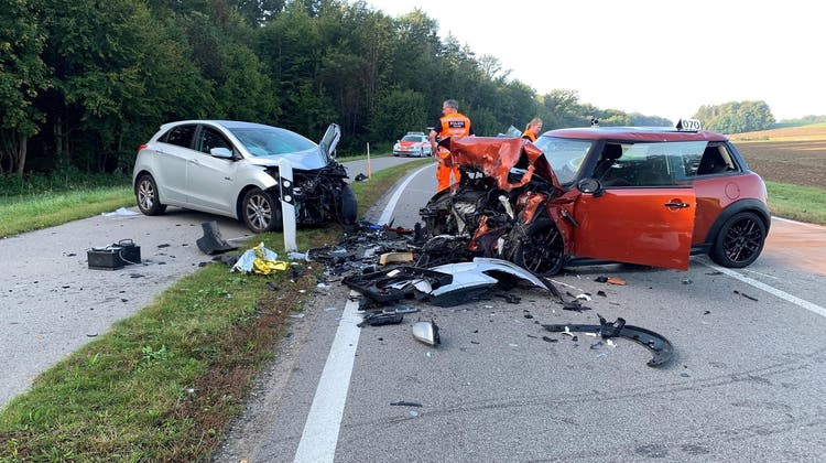 Die beiden Fahrzeuge wurden durch die Kollision stark beschädigt. (Kantonspolizei Zürich)