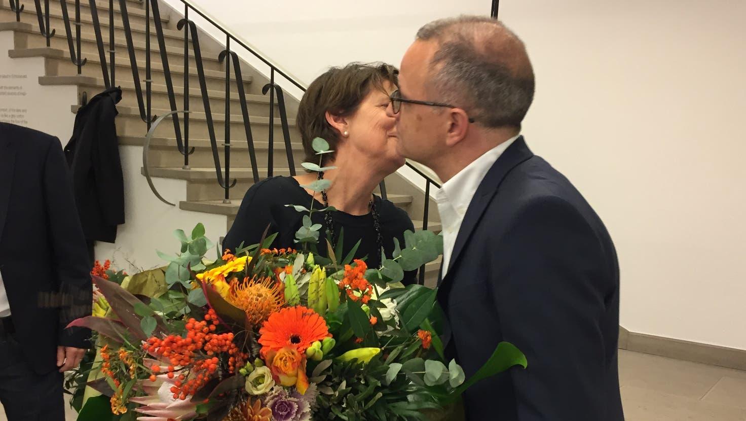 Das Bild von 2017 zeigt die nicht mehr angetretene Jolanda Urech(SP) bei der Grautaltion an Hanspeter Hilfiker (FDP) zur Wahl als neuer Stadtpräsident von Aarau. (Urs Helbling / AAR)