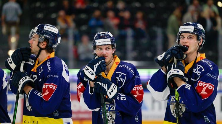 Thibault Frossard und Philip-Michaël Devos jubeln über das 2:2 für Ajoie, Zugs Sven Leuenberger (Mitte) ist entsetzt. (Bild: Urs Flüeler/ Keystone)