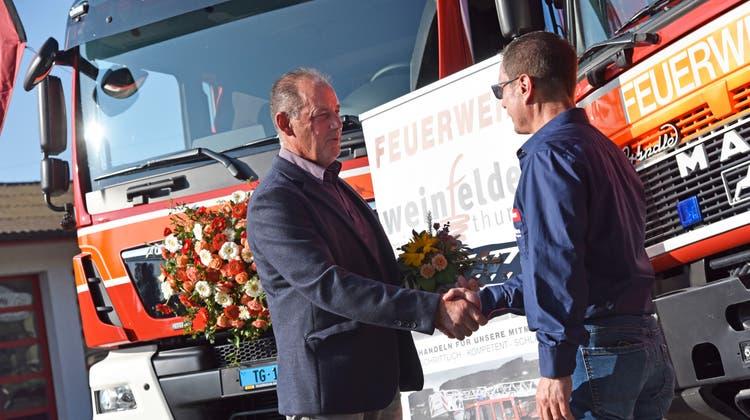 Stadtrat Hans Eschenmoser überreicht Feuerwehrkommandant Jürgen Bröll den Schlüssel für das neue Tanklöschfahrzeug. (Bild: Mario Testa)