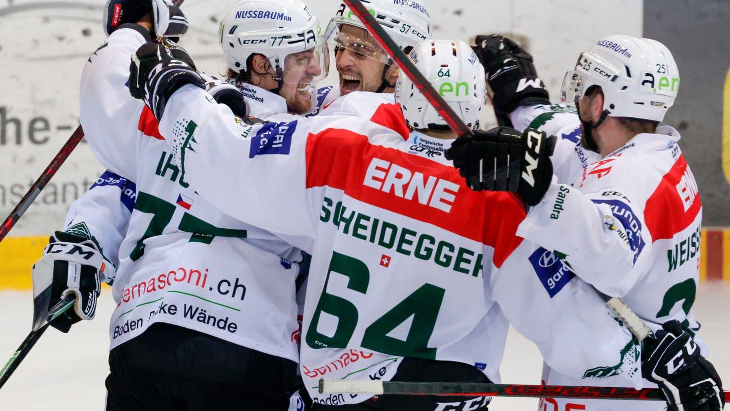 Die Entscheidung: Lukas Lhotak (links) schiesst den Empty Netter. (Marc Schumacher / freshfocus)