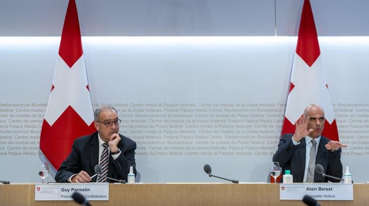 Bundespräsident Parmelinund Gesundheitsminister Berset (r.) haben am Montag den Abstimmungskampf für das Covid-19-Gesetz eröffnet. (Keystone)
