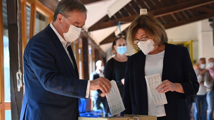 Faupax: Laschet faltet Wahlzettel falsch