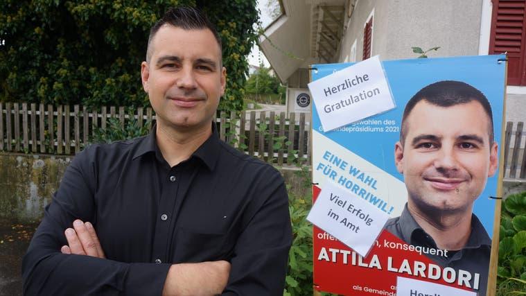Kaum ist das Wahlresultat bekannt geworden, hat der neue Gemeindepräsident von Horriwil bereits erste Gratulationen erhalten. (Urs Byland)