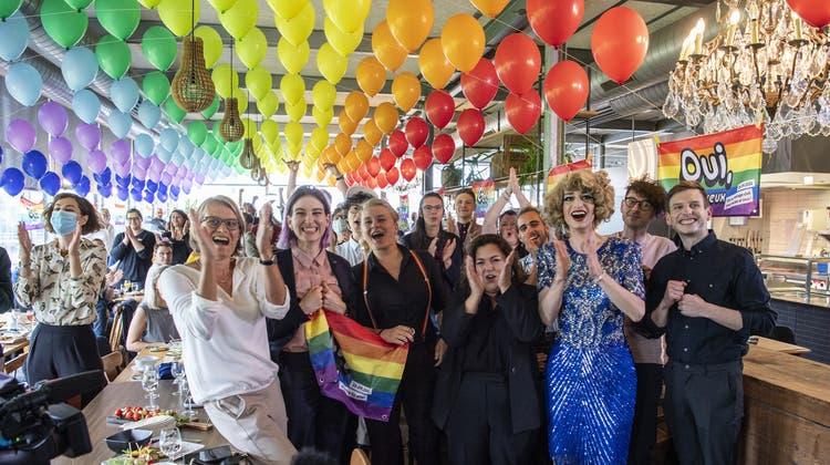Bei den Befürwortern der «Ehe für alle» ist am Sonntag die Freude gross. (Keystone)