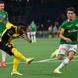 Felix Mambimbierzielt das Tor zum 2:0. Rechts: St.Gallens Leonhard Münst. (Urs Lindt/Freshfocus)