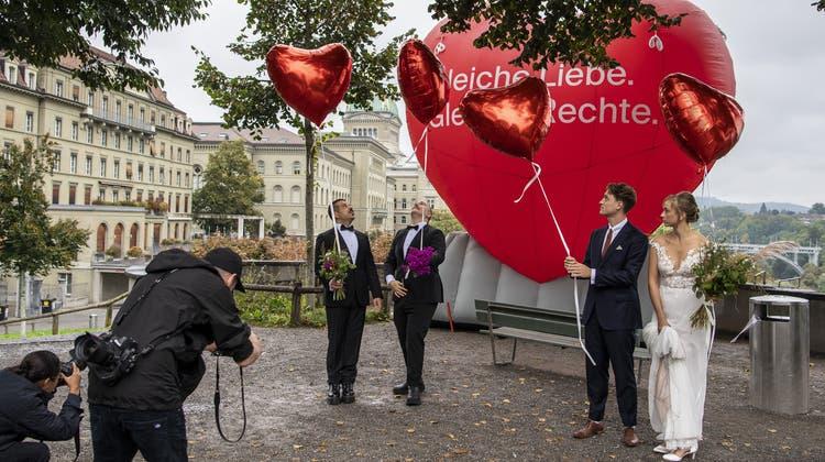 Das Schweizer Stimmvolk war am Sonntag zu den Urnen gerufen. National wurde über zwei Vorlagen entschieden: Das Referendum über die «Ehe für alle» und die «99%-Initiative» der Juso. (Keystone)