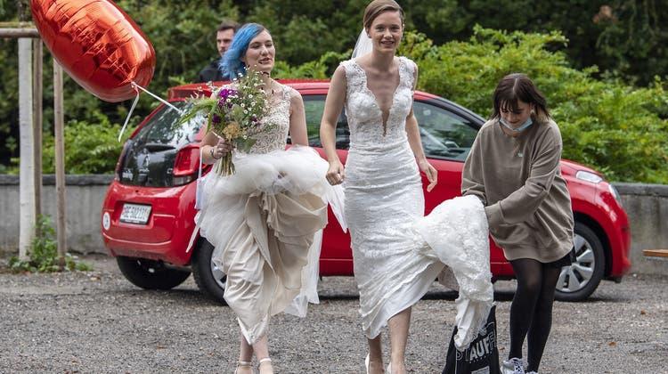 Die Operation Libero inszenierte mit Brautpaaren eine «Ehe für alle». (Peter Schneider / KEYSTONE)