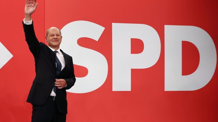 Winkt hier der nächste Kanzler Deutschlands? Olaf Scholz betritt die Bühne in der SPD-Parteizentrale in Berlin siegessicher. (Maja Hitij/ Pool / EPA)