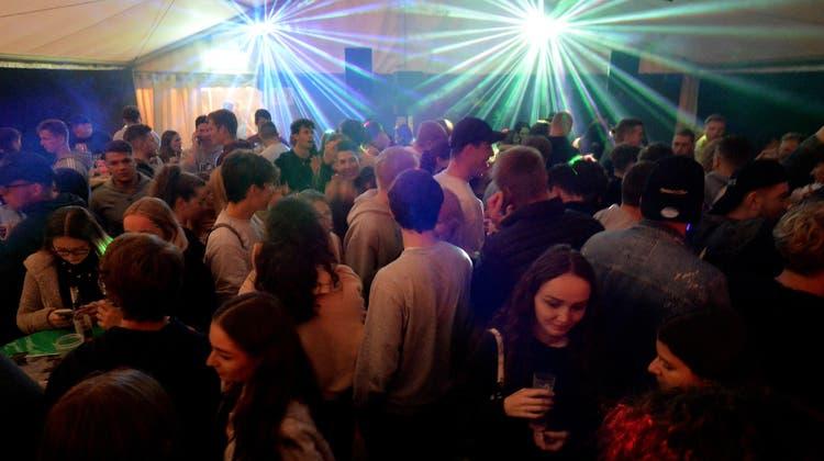 Endlich wieder Heso-Party: Blustavia-Disco im Jugendzelt. (Hans Peter Schläfli)