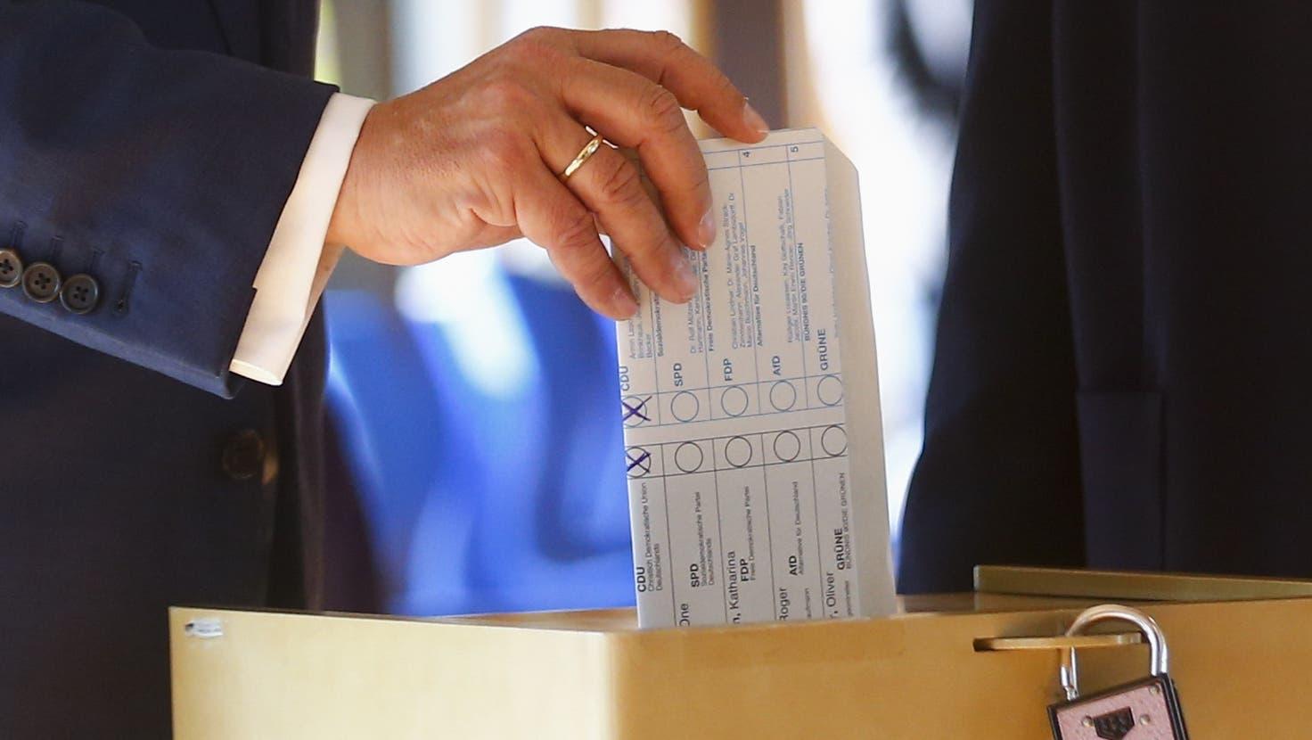 Erste Prognosen um 18 Uhr ++ Laschets Wahlzettel doch gültig ++ Stimmzettel gehen teilweise aus