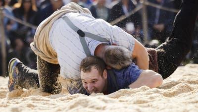 Das Duell im 1. Gang gegen Samuel Giger kostete Joel Wicki (unten) viel Energie. (Michael Buholzer/Keystone)