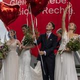 Der Weg für die Heirat für gleichgeschlechtliche Paare ist geebnet: Die Operation Libero inszeniert am Abstimmungssonntag mit Brautpaaren eine «Ehe für alle». (Bild: Peter Schneider/Keystone (Bern, 26. September 2021))