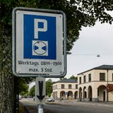 Die Parkplätze sind und bleiben im Kanton Basel-Stadt ein heisses Thema: Am Sonntag hat das Stimmvolk den Abbau von 48 Parkplätzen am Friedhof Hörnli abgelehnt. (Kenneth Nars)