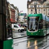 BVB-Trams in der Innenstadt beim Marktplatz: oft wirken sie wie riesige grüne Wände. (Kenneth Nars)