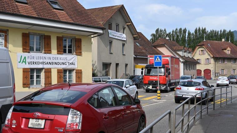 Vor der Abstimmung hängte das KomiteePro Verkehrsanbindung Thal Plakate in der Klus auf. In dieser Frage tat sich kein Stadt-Land-Graben auf. (Bruno Kissling)