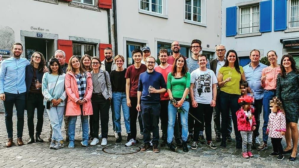 Die SP-Kandidatinnen und Kandidaten für die Einwohnerratswahlen vom Sonntag (und mehrere Kinder). (ZVG)