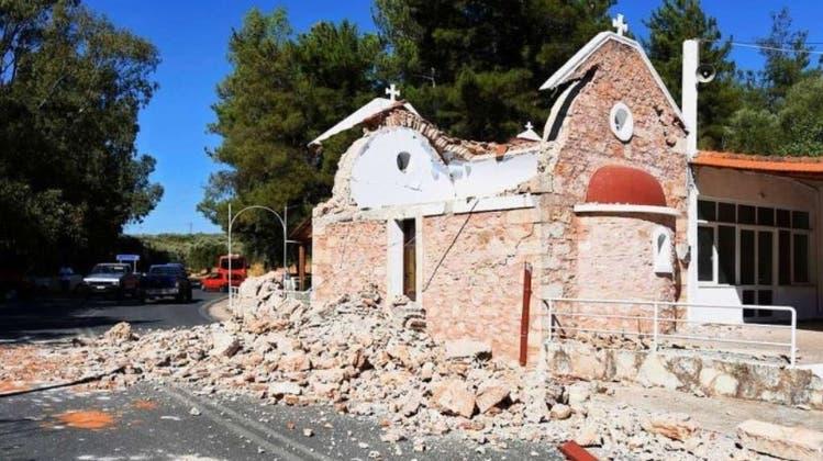 Hier stürzte eine kleine Kapelle ein wegen der bebenden Erde. (Harry Nakos/dpa)