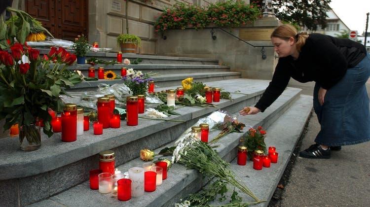Vor 20 Jahren wurden im Zuger Regierungsgebäude 14 Politiker und Politikerinnen getötet. Seitherwird jedes Jahr den Opfern gedacht. (Keystone)