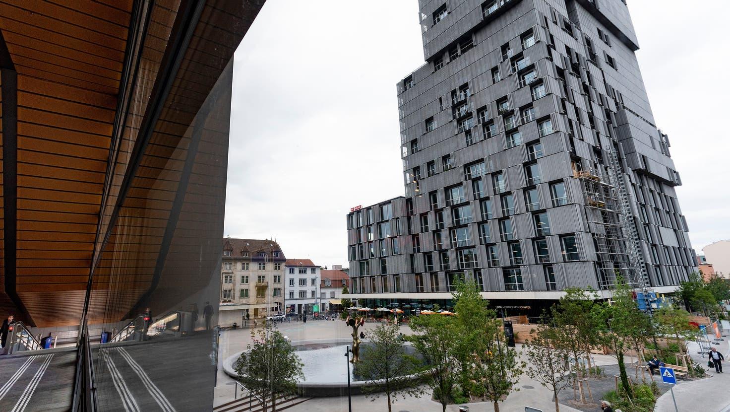 Der Meret-Oppenheim-Platz von oben: Der Brunnen ist bereits sehr beliebt im Quartier. (Benjamin Wieland)