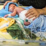 Der Besuch des eigenen, neugeborenen Kindes - für die meisten Eltern nur noch mit Zertifikat möglich. (Symbolbild: Gaetan Bally / Keystone)