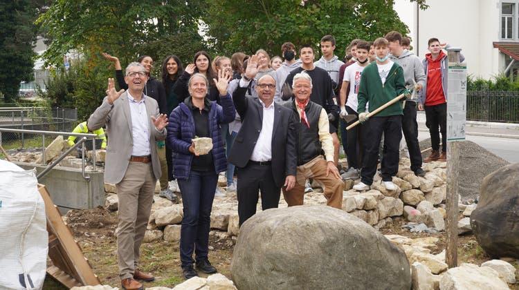 Sie feiern die Leistung der Schüler: Pascal Müller, Johanna Häckermann, Markus Dieth und Andreas Röthlisberger (v.l.). (Larissa Gassmann)