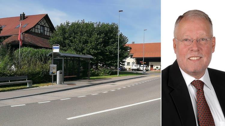 Dem «Gestaltungsplan Mitte» liegt die Idee zugrunde, die beiden Dorfteile, welche hier die Kantonsstrasse trennt, miteinander zu verbinden. Hinter den Bäumen soll dereinst der neue Dorfladen entstehen. (Claudia Laube)