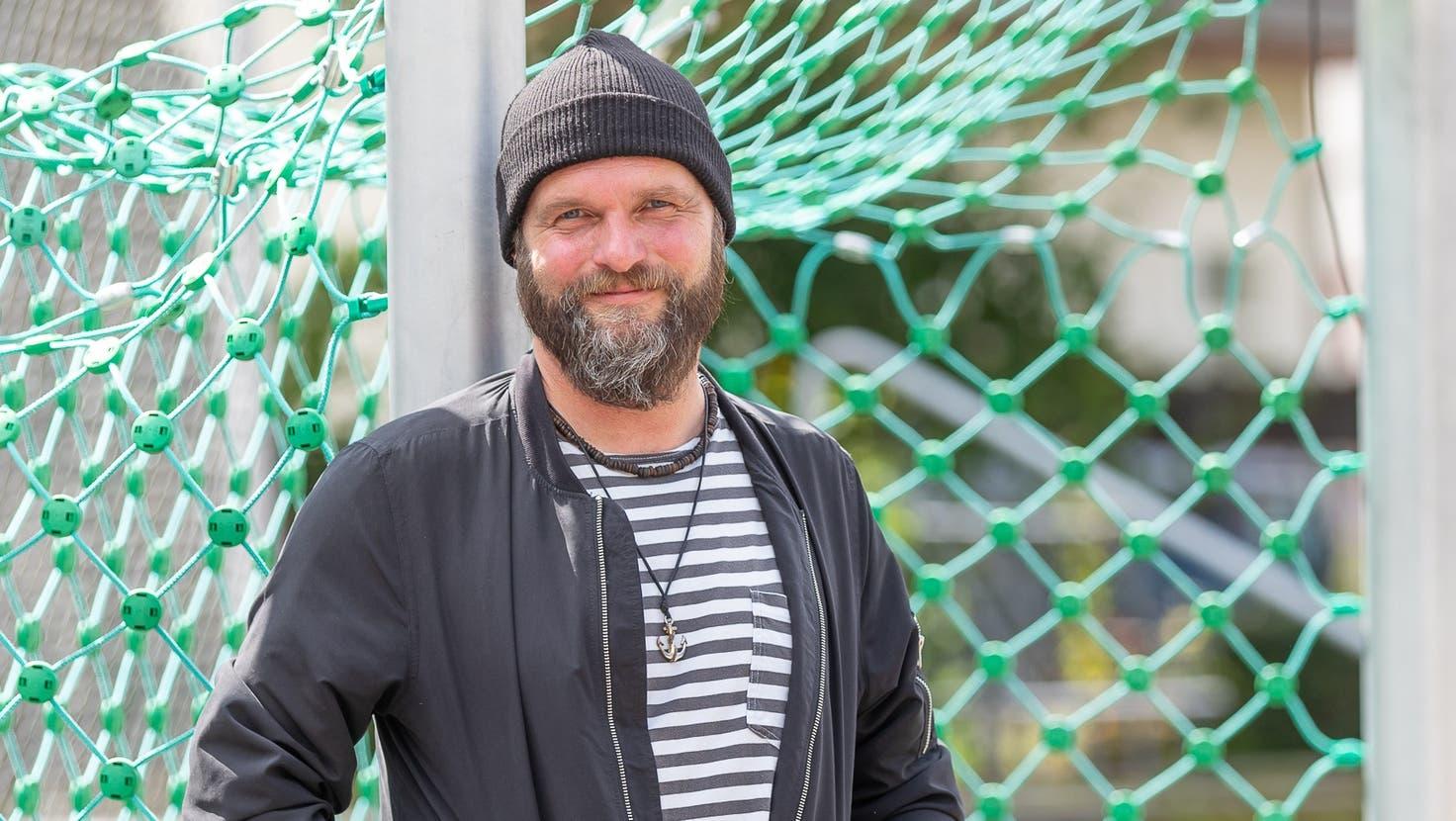 Reto Fischer, der Fussballfan, wollte das Fotoshooting mit der AZ anlässlich seiner Kandidatur standesgemäss vor einem Goal abhalten. (Fabio Baranzini)