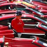 Wo nicht nur Buben träumen: Euro Ferrari Day auf dem Parkplatz der Lorze AG (ehem. Spinnerei) Baar, 29.8.2009 Neue ZZ/Christof Borner-Keller (Christof Borner-Keller (neue Zz) / Neue Zuger Zeitung)