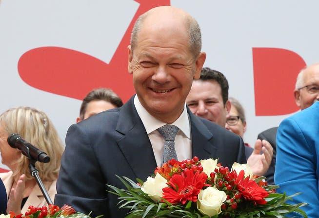 Am Tag nach der Bundestagswahl steht Olaf Scholz, Kanzlerkandidat der SPD, auf der Bühne im Willy-Brandt-Haus.