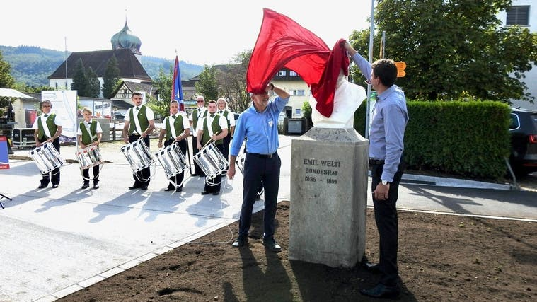 Ehre für den bekanntesten Zurzacher: Ammann Bernhard Scheuber (links) lüftet die Büste von Emil Welti anlässlich der Eröffnung der Bahnhofsspange. (Lovey Wymann)