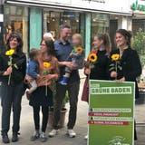 Sonnenblumen für jene, die in den Einwohnerrat gewählt worden sind (v.l.n.r.): Corinne Schmidlin, Jessica Ziegler, Emanuel Ebner, Vera Kessens, Norma De Min. Es fehlen Steven Van Petegem und Astrid Binder. (ZVG)
