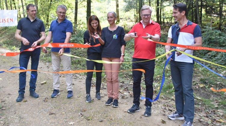 Die Verantwortlichen des Elternvereins, der Gemeinde und der Sponsoren eröffneten den Trail feierlich. (Horatio Gollin / Aargauer Zeitung)