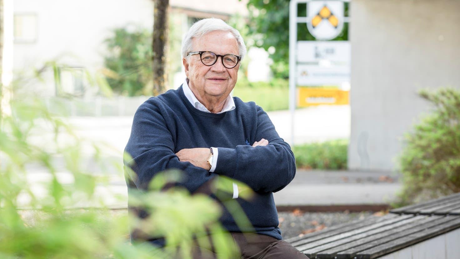 SVP-Doyen Hans-Ulrich Mathys an seinem früheren Wirkungsort, dem Gemeindehaus in Holziken. (Sandra Ardizzone)