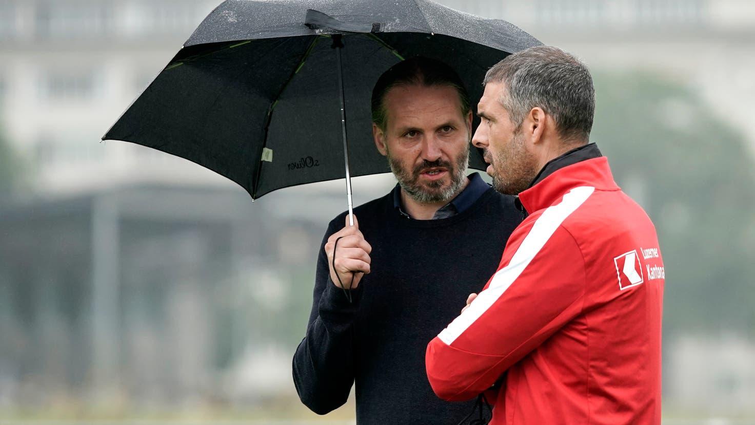 Sie halten zusammen: FCL-Sportchef Remo Meyer (links) und Trainer Fabio Celestini. (Bild: Martin Meienberger/Freshfocus (Luzern, 25. Juni 2021))