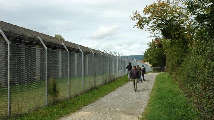 Anwohner wehrten sich mit Erfolg gegen einen zweiten Zaun um das Gefängnis Pöschwies. (Matthias Scharrer)