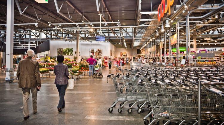 Notfall simuliert: Das Einkaufszentrum Tägipark wurde heute Vormittag geräumt. (Annika Buetschi)