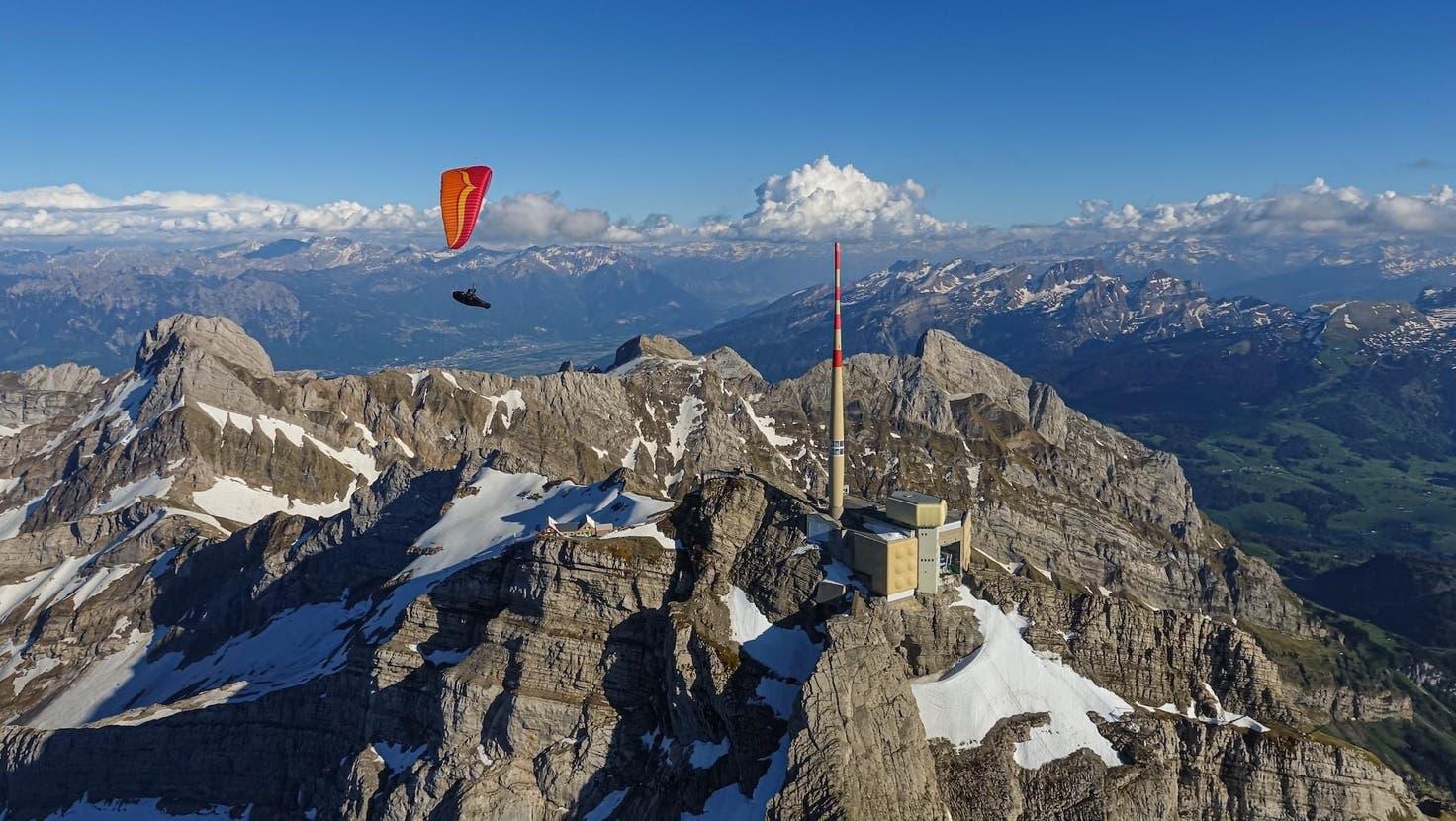 Der nördlich vorgelagerte, gut erschlossene Alpstein ist eines der am stärksten von Gleitschirmpiloten beflogenen Gebiete der Schweiz: der Säntis einer der attraktivsten Anziehungspunkte. (Bild: Marco Vergari)