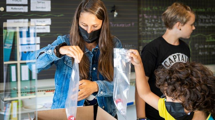 Pandemiebedingter Alltag an Schweizer Schulen:Schülerinnen und Schüler beim Corona-Spucktest. (Bild: Reto Martin)