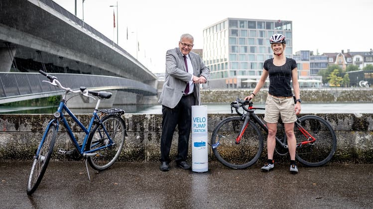 Stadtpräsident Kurt Fluri und Triathletin Petra Eggenschwiler weihten die Velopumpstation am Rötiquai ein. (Michel Lüthi, bilderwerft.ch)