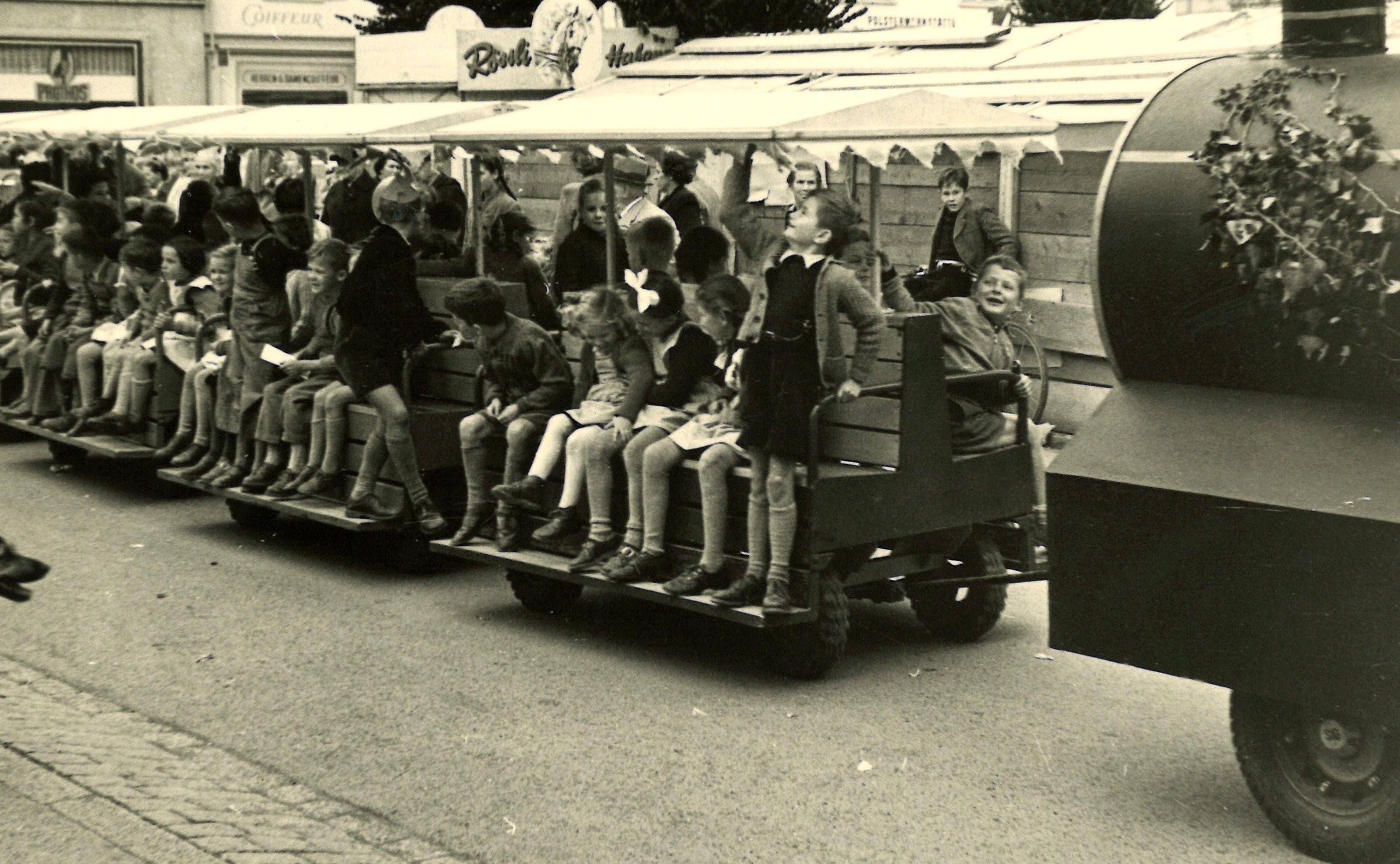 Das Wega-Bähnli war auch schon ganz zu Beginn ein Hit. Hier ein Foto aus dem Jahr 1953