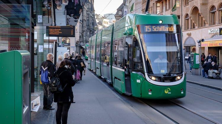 Wegen Corona haben die Fahrgastzahlen in den Trams der Basler Verkehrsbetriebe (BVB) deutlich abgenommen. Dies führt dazu, dass der angekündigte Angebotsausbau am Abend nur teilweise umgesetzt wird. (Kenneth Nars)